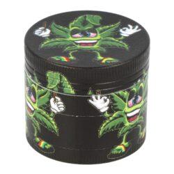 Drtič tabáku kovový WildFire Hemp, 6mix-Kovový drtič tabáku WildFire Hemp. Čtyřdílná drtička se závitem, sítkem a zásobníkem na tabák je vyrobena CNC technologií. Drtič na tabák v černém polomatném provedení s jemně broušeným povrchem je zdoben oblíbeným barevným motivem Cannabis. Víčko drtičky je uzavíratelné na magnet. Ostře broušené zuby ve tvarů diamantů velmi jemně nadrtí vaši směs na požadovanou hrubost. Cena je uvedena za 1 ks. Před odesláním objednávky uveďte číslo barevného provedení do poznámky.  Průměr drtiče: 40 mm Výška drtiče: 37 mm