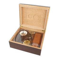 Humidor na doutníky SET 25, třešeň, 26x22,5x10,5cm-Stolní humidor na doutníky SET s kapacitou cca na 25 doutníků (v závislosti na velikosti). Praktická sada obsahující humidor a doutníkové příslušenství, které jistě ocení každý kuřák doutníků. Doutníkový set obsahuje mimo humidoru doutníkový popelník s kovovou vložkou, plastový doutníkový ořezávač v černém provedení a koženkové pouzdro na dva doutníky ve světlejším hnědém odstínu. Humidor je ve tmavším hnědo bordovém odstínu s méně výraznou kresbou s pololesklým povrchem. Na vnitřní straně víka najdeme prostor pro uchycení vyměnitelného vlhkoměru a polymerového zvlhčovače, které jsou součástí balení včetně samolepících pásků se suchým zipem, za které se uchytí. Prostor pro doutníky je možné rozdělit dle potřeby přiloženou přepážkou. Vnitřek humidoru je vyložený cedrovým dřevem, které prospívá skladování doutníků. Poškrábání povrchu, na kterém je humidor položený, zabraňuje jemná sametová látka, kterou je spodní vnější část humidoru vybavena. Ideální sada vhodná jako dárek pro začínajícího kuřáka doutníků.  Rozměry humidoru vnější: 26x22,5x10,5 cm Prostor pro doutníky: 23,6x19,7x7,1 cm Délka/průměr otvoru ořezávače: 9,1 cm/20 mm Rozměry popelníku: 18x9,5x2,5 cm Průměr otvoru pro zvlhčovač: 5,75 cm Průměr otvoru pro vlhkoměr: 3,8 cm Pouzdro na doutníky - vnější rozměry(zcela zavřené): 17,3x6,5x2,5 cm Pouzdro na doutníky - průměr otvorů/vnitřní možný prostor(délka) pro doutníky: 19 mm/18 cm  Humidory jsou dodávány nezavlhčené, proto Vám nabízíme bezplatnou volitelnou službu Zavlhčení humidoru, kterou si vyberete v Souvisejícím zboží. Nový humidor je nutné před prvním uložením doutníků zavlhčit, upravit a ustálit jeho vlhkost na požadovanou hodnotu. Dobře zavlhčený humidor uchová Vaše doutníky ve skvělé kondici.  a target=_blank href=..\www\prilohy\Návod_k_použití_humidoru.pdfNávod k použití humidoru - PDF/a