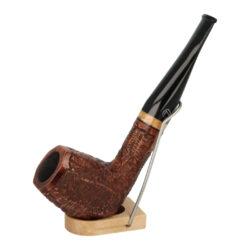 Dýmka Jirsa Rusty IV, filtr 9mm-Dýmka Jirsa Rusty s filtrem 9 mm. Precizně zpracovaná brierová dýmka od známého výrobce dýmek Oldřicha Jirsy je kvalitně vyrobená z pečlivě vybraného briarového dřeva. Rovná dýmka je ve hnědém rustikálním provedení s jemnou kresbou. Právě díky jejímu hrubému designu jsou obecně známy jako dýmky rustik. Trošku atypická texturovaná hlava dýmky je pololesklá, černý akrylátový náustek lesklý. Atraktivní vzhled dýmky ještě více zvýrazňují ozdobné kroužky. Každá Jirsovka je zdobená na horní a spodní straně známým logem Jirsa, podle kterého jasně dýmku identifikujeme. Dýmky Jirsa jsou zabalené do látkového pytlíku a dodávány v originální dárkové krabičce Jirsa. Filtr a vyobrazený stojánek není součástí balení dýmky.  Filtr do dýmky: 9mm Délka dýmky: 146mm Výška hlavy: 51mm Šířka hlavy: 38mm Průměr tabákové komory: 21mm Hloubka tabákové komory: 37mm Hmotnost dýmky: 48g Druh dýmky dle materiálu: dýmka briár