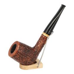 Dýmka Jirsa Rusty XII, filtr 9mm-Dýmka Jirsa Rusty s filtrem 9 mm. Precizně zpracovaná brierová dýmka od známého výrobce dýmek Oldřicha Jirsy je kvalitně vyrobená z pečlivě vybraného briarového dřeva. Rovná dýmka je ve hnědém rustikálním provedení s jemnou kresbou. Právě díky jejímu hrubému designu jsou obecně známy jako dýmky rustik. Texturovaná hlava dýmky je pololesklá, černý akrylátový náustek lesklý. Atraktivní vzhled dýmky ještě více zvýrazňují ozdobné kroužky. Každá Jirsovka je zdobená na horní a spodní straně známým logem Jirsa, podle kterého jasně dýmku identifikujeme. Dýmky Jirsa jsou zabalené do látkového pytlíku a dodávány v originální dárkové krabičce Jirsa. Filtr a vyobrazený stojánek není součástí balení dýmky.  Filtr do dýmky: 9mm Délka dýmky: 156mm Výška hlavy: 55mm Šířka hlavy: 41mm Průměr tabákové komory: 21mm Hloubka tabákové komory: 42mm Hmotnost dýmky: 58g Druh dýmky dle materiálu: dýmka briár