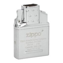 Zippo USB plazmový insert do zapalovače-Zippo USB plazmový insert do benzínového zapalovače. Originální USB vložka Zippo s elektrickým zapalováním využívá k zapálení cigarety dva plazmové oblouky, které vzniknou elektrickým výbojem. Plazmová vložka je vhodná pro všechny klasické benzínové zapalovače Zippo, avšak není určena pro dámské Zippo slim zapalovače a zapalovače Zippo 1935 Replika. Kovový USB insert Zippo je v lesklém chromovém provedení a je vybavený dobíjecí 200mAh Lithiovou baterií. Pro bezpečnost dětí je vložka vybavená jištěním proti nechtěnému zapálení, takže k vytvoření elektrického oblouku - zapálení dojde až po druhém stisknutí a podržení tlačítka. Na spodní straně najdeme Micro USB konektor pro připojení dobíjecího kablíku (Micro USB-USB), který je součástí balení. Jednoduše vyndáte původní benzínovou vložku, vsunete USB vložku a plazmový zapalovač Zippo s elektrickým zapalováním je na světě ve stejném Vámi oblíbeném designu. USB insert je dodávaný v originální krabičce částečně nabitý, ale před prvním použitím musí být zcela nabit. Rozměry vložky 5,2x3,6x1,2 cm.