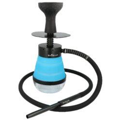 Vodní dýmka Shistar Outdoor blue 32cm-Vodní dýmka to go Shistar Outdoor blue s LED osvětlením je vysoká 32 cm. Nechcete být na dovolené, čundru nebo třeba na koupališti s přáteli bez své vodní dýmky? Nemusíte, tato přenosná cestovní vodní dýmka je přesně to, co potřebujete a Vy ji můžete mít stále sebou. Kompaktní jednošlauchová skládací dýmka s tělem a ostatními díly z eloxovaného hliníku je vybavená modrou silikonovou vázou se dnem z tvrzeného plastu - akrylu. Po odšroubování horní části dýmky lze silikonovou vázu pro převoz složit - zasunout do sebe. Vodní dýmka Shistar Outdoor je dodávaná s jedním silikonovým Soft Touch šlauchem s pružinou, který je ukončený dvoudílným hliníkovým náustkem. Šlauch je spojen s dýmkou jednoduchým nasunutím na konektor připojení. Tělo dýmky s vázou je pevně spojené na závit, takže není nutné používat těsnění. Spodní trubka - DownStem je vybavený difusorem, který pomůže zjemnit tah a ztiší bublání. Ve spodní akrylové části vázy, je dutý prostor pro umístění LED osvětlení, do kterého se volně vloží. Barevné LED osvětlení s dálkovým ovladačem nasvítí vodní dýmku do různých barevných odstínů. Napájení osvětlení vybavené deseti diodami zajišťuje 3x baterie AAA 1,5V (nejsou součástí balení), napájení ovladače 1x baterie CR2025 3V (součást balení). Potřebné díly vodní dýmky jsou uložené v látkovém pořadači, který zabrání jejich poškození a ztrátě. Abyste vodnici nemuseli tahat v igelitce, je spolu s dýmkou dodávaný uzavíratelný bag z odolné textilie, do kterého dáte nejen dýmku, ale zbyde i místo pro uhlíky a dobrý tabák do vodní dýmky. V obsahu balení najdete: tělo dýmky, silikonovou vázu, 1x silikonovou hadici s hliníkovým náustkem a pružinou, silikonovou korunku, potřebné těsnění, talířek, kleště na uhlíky, LED osvětlení a textilní bag. Cestovní vodní dýmku Shistar Outdoor dodáváme v kartonové krabici.  Celková výška vodní dýmky/vázy: 32 cm/ 17 cm Výška/Horní vnitřní průměr korunky: 9,8 cm/ 7,5 cm Spodní vnitřní průměr korunky pro nasaz