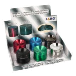 Drtič tabáku kovový colored, 50mm-Kovový drtič tabáku Faro Colored. Čtyřdílná drtička se závitem, sítkem a zásobníkem na tabák v metalickém barevném provedení. Drtička hned zaujme efektním promáčknutím víčka a jemným drážkovaným povrchem. Drtič na tabák je precizně vyrobený pomocí CNC technologie. Jednotlivé díly drtičky jsou pevně spojené na závit, víčko je na magnet. Precizně broušené drážkované ostří nožů ve tvaru diamantu velmi jemně nadrtí vaši směs do požadované hrubosti. Před odesláním objednávky uveďte číslo barevného provedení do poznámky. Cena je uvedena za 1 ks.  Průměr drtiče: 49 mm Výška drtiče: 40 mm