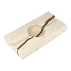Doutníkový popelník Mramor, 2D, SI5-Doutníkový popelník Mramor na 2 doutníky. Exklusivní obdélníkový popelník z mramoru je ve světlém odstínu s tmavým žíháním. Horní a spodní strany mramorového popelníku jsou hladké leštěné, boční strany jsou v neopracovaném matném provedení. Díky leštěnému povrchu se popelník snadněji čistí. Kvalitně zpracovaný doutníkový popelník je vybavený odklady pro dva doutníky.   Rozměry popelníku (Š x H x V): 195 x 100 x 32 mm Průměr/hloubka prostoru pro popel: 55 mm/ 21 mm Šířka odkladu pro doutník: 17 mm Výroba/materiál: Chorvatsko