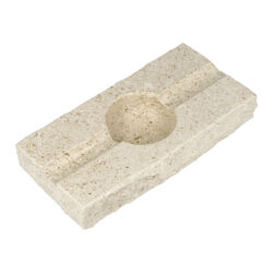 Doutníkový popelník Mramor, 2D, SI6-Doutníkový popelník Mramor na 2 doutníky. Exklusivní obdélníkový popelník z mramoru je ve světlém odstínu s jemnou zrnitou texturou. Horní a spodní strany mramorového popelníku jsou hladké leštěné, boční strany jsou v neopracovaném matném provedení. Díky leštěnému povrchu se popelník snadněji čistí. Kvalitně zpracovaný doutníkový popelník je vybavený odklady pro dva doutníky.   Rozměry popelníku (Š x H x V): 195 x 100 x 30 mm Průměr/hloubka prostoru pro popel: 55 mm/ 21 mm Šířka odkladu pro doutník: 17 mm Výroba/materiál: Chorvatsko