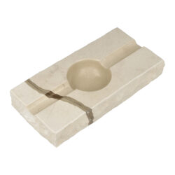 Doutníkový popelník Mramor, 2D, SI9-Doutníkový popelník Mramor na 2 doutníky. Exklusivní obdélníkový popelník z mramoru je ve světlém odstínu s tmavým žíháním. Horní a spodní strany mramorového popelníku jsou hladké leštěné, boční strany jsou v neopracovaném matném provedení. Díky leštěnému povrchu se popelník snadněji čistí. Kvalitně zpracovaný doutníkový popelník je vybavený odklady pro dva doutníky.   Rozměry popelníku (Š x H x V): 197 x 98 x 32 mm Průměr/hloubka prostoru pro popel: 55 mm/ 21 mm Šířka odkladu pro doutník: 17 mm Výroba/materiál: Chorvatsko