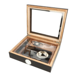 Humidor na doutníky Set 15D černý, 26x22x7cm-Stolní humidor na doutníky set s kapacitou cca na 15 doutníků (v závislosti na velikosti). Praktická sada obsahující menší humidor s proskleným víkem a doutníkové příslušenství, které jistě ocení každý kuřák doutníků. Doutníkový set obsahuje mimo humidoru doutníkový popelník s kovovou vložkou a plastový doutníkový ořezávač v černém provedení. Humidor v černém provedení je bez kresby a má polomatný povrch. Humidor je vybavený zabudovaným výměnným vlhkoměrem a polymerovým zvlhčovačem, který se volně položí v prostoru humidoru. Vnitřek humidoru je vyložený cedrovým dřevem, které prospívá skladování doutníků. Poškrábání povrchu, na kterém je humidor položený, zabraňuje jemná sametová látka, kterou je spodní vnější část humidoru vybavena. Ideální sada vhodná jako dárek pro začínajícího kuřáka doutníků.  Rozměry humidoru vnější (Š x H x V): 260 x 222 x 65 mm Prostor pro doutníky (Š x H x V): 235 x 195 x 35 mm Délka/průměr otvoru ořezávače: 91 mm/20 mm Rozměry popelníku (Š x H x V): 165 x 95 x 30 mm Průměr otvoru pro vlhkoměr: 35,5 mm  Humidory jsou dodávány nezavlhčené, proto Vám nabízíme bezplatnou volitelnou službu Zavlhčení humidoru, kterou si vyberete v Souvisejícím zboží. Nový humidor je nutné před prvním uložením doutníků zavlhčit, upravit a ustálit jeho vlhkost na požadovanou hodnotu. Dobře zavlhčený humidor uchová Vaše doutníky ve skvělé kondici.  a target=_blank href=..\www\prilohy\Návod_k_použití_humidoru.pdfNávod k použití humidoru - PDF/a