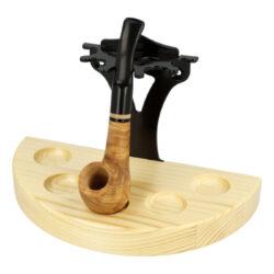 Stojánek na dýmky půlkulatý, 5ks, SPR, natural-Půlkulatý dřevěný stojánek na 5 dýmek s možností připevnění na zeď. Precizně zpracovaný stojánek na dýmky SPR je ve světlém přírodním provedení s pololesklým povrchem a výraznější kresbou. Základna je vyrobená ze smrkového dřeva, opěrná část dýmek z kovu. Při umístění tohoto stojánku můžete vybírat ze dvou možností. Stojánek na pět dýmek může být postaven kamkoliv do prostoru nebo také připevněný na zdi. Montážní sada na zeď je součástí balení. Praktická pomůcka kuřáka dýmky a současně designový doplněk jeho interiéru. Zobrazená dýmka není součástí dodávky.   Rozměry (Š x H x V): Výška: 223 x 113 x 145 mm Počet dýmek: 5  Obsah montážní sady:  - klíč Torx T20 - 2x vrut 4x35 - 2x hmoždinka 6x30 - 2x vrut 3,5x16 (malý)  - stojan nesmí přijít do styku s vodními parami - nevystavujte stojan silnému slunečnímu a tepelnému záření - musí být v prostředí s max. teplotou 50°C