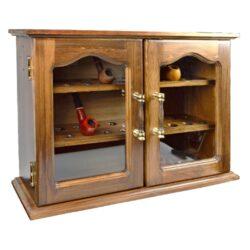 Skříňka na dýmky, prosklená, 30 dýmek-Skříňka na dýmky dřevěná s prosklenýmí dvířky. Skříňka na dýmky pojme až 30 dýmek. Dýmková skříňka obsahuje 3 úložné plochy po 10 dýmkových místech. Skříňku na dýmky je možné zavěsit na zeď. Provedení: tmavé dřevo.