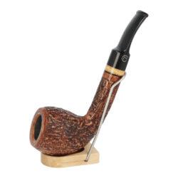 Dýmka Jirsa Rustik, filtr 9mm-Dýmka Jirsa Rustik z bruyerového dřeva s filtrem. Kvalitní a precizně vyrobená dýmka od známého výrobce Oldřicha Jirsy. Dýmka je v hnědém rustikálním provedení s černým lesklým náustkem. Dýmka je dodávána v originální dárkové krabičce zabalená do látkového pytlíku. Vyobrazený stojánek není součástí balení dýmky.  Délka dýmky: 152mm Výška hlavy: 50mm Filtr: 9mm