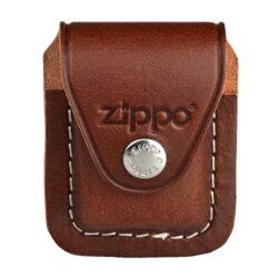 Kapsička Zippo na zapalovač, hnědá-Kožená kapsička na Zippo zapalovač. Pouzdro na Zippo zapalovač se zavěsí za pásek pomocí poutka, které se dá odepnout. Provedení: hnědé.