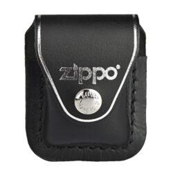 Kapsička Zippo na zapalovač, černá-Kožená kapsička na Zippo zapalovač. Pouzdro na Zippo zapalovač se zavíráním na patent je vybavené klipem, za které se pouzdro zavěsí za opasek, kalhoty nebo kapsu. Kožené pouzdro zdobené logem Zippo má hladký povrch v polomatném provedení a je dodáváno v originální krabičce. Celkové rozměry pouzdra: 7,4x5,9x3,3cm. Provedení: kůže/černé.