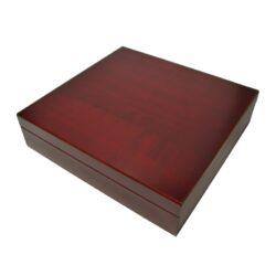 Humidor na doutníky cestovní Mahagon-Cestovní humidor na doutníky s kapacitou cca 20 doutníků. Dodáván se zvlhčovačem. Vnitřek humidoru je vyložený cedrovým dřevem. Rozměr: 23x22x6 cm.  Humidory jsou dodávány nezavlhčené, proto Vám nabízíme bezplatnou volitelnou službu Zavlhčení humidoru, kterou si vyberete v Souvisejícím zboží. Nový humidor je nutné před prvním uložením doutníků zavlhčit, upravit a ustálit jeho vlhkost na požadovanou hodnotu. Dobře zavlhčený humidor uchová Vaše doutníky ve skvělé kondici.
