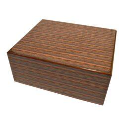SLEVA 50% Humidor na doutníky Marconni Caleidoscop 30D, stolní-SLEVA 50 %! - 2. jakost. (vada povrchu v rohu, viz foto). Stolní humidor na doutníky s kapacitou cca 30 doutníků. Dodáván s vlhkoměrem a zvlhčovačem. Vnitřek humidoru je vyložený cedrovým dřevem. Rozměr: 25x21x11 cm.
