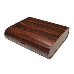 Humidor na doutníky Toscana 20D, stolní-Stolní humidor na doutníky s kapacitou cca 20 doutníků. Dodáván bez vlhkoměru a zvlhčovač. Vnitřek humidoru je vyložený cedrovým dřevem. Rozměr: 25x22x7 cm.
