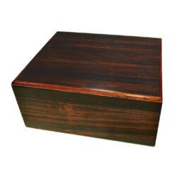 Humidor na doutníky Angelo Macassari 35D, stolní-Stolní humidor na doutníky s kapacitou cca 35 doutníků. Dodáván se zvlhčovačem a vlhkoměrem. Vnitřek humidoru je vyložený cedrovým dřevem. Rozměr humidoru 26x22x12cm.