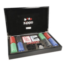 Zippo sada Poker-Pokerová sada Zippo Poker v dřevěné kazetě s Zippo zapalovačem s emblémem 100$ žetonu. Sada obsahuje: dvě balení karet, žetony, zapalovač Zippo, kostky. Vhodné jako dárek.