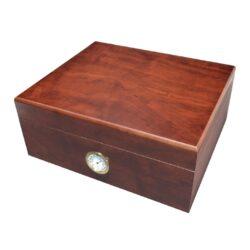 Humidor na doutníky Třešeň 35D, stolní-Stolní humidor na doutníky s kapacitou cca 35 doutníků. Dodáván s vlhkoměrem a zvlhčovačem. Rozměr: 26x22x13 cm.