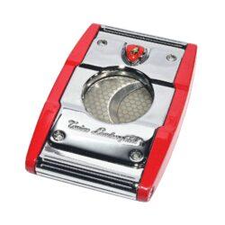 Doutníkový ořezávač Lamborghini Precisione, chrom-červený-Elegantní ořezávač na doutníky Tonino Lamborghini Precisione. Silné tělo ořezávače je precizně vyrobené z kvalitní nerezové oceli. Jednoduchým stisknutím tlačítka dolů, které současně slouží jako pojistka proti otevření, uvolníte čepele od sebe a ořezávač je připraven k použití. Dvojité velmi ostré gilotinové nože, jsou zárukou rychlého a čistého řezu doutníku. Doutníkový ořezávač je dodáván v kožené krabičce vyložené jemným sametem. Rozměry zavřeného ořezávače: 6,5x4cm.