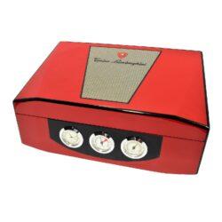 Humidor na doutníky Lamborghini červený 40D, stolní-Stolní humidor na doutníky s kapacitou cca 40 doutníků značky Lamborghini. Dodáván s vlhkoměrem a zvlhčovačem. Na čelní straně najdeme tři ukazatele, které zobrazují čas, vlhkost a teplotu(zleva). Vnitřek humidoru je vyložený cedrovým dřevem. Rozměr: 35x26x12 cm.