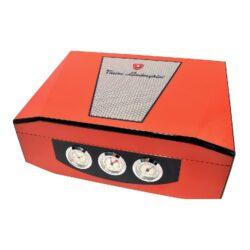 Humidor na doutníky Lamborghini oranžový 40D, stolní-Stolní humidor na doutníky s kapacitou cca 40 doutníků značky Lamborghini. Atraktivní a kvalitně zpracovaný humidor Lamborghini je dodáváný s vlhkoměrem a zvlhčovačem. Na čelní straně najdeme tři ukazatele, které zobrazují čas, vlhkost a teplotu(zleva). Vnitřek humidoru je vyložený cedrovým dřevem. Rozměr: 35x26x12 cm.  Humidory jsou dodávány nezavlhčené, proto Vám nabízíme bezplatnou volitelnou službu Zavlhčení humidoru, kterou si vyberete v Souvisejícím zboží. Nový humidor je nutné před prvním uložením doutníků zavlhčit, upravit a ustálit jeho vlhkost na požadovanou hodnotu. Dobře zavlhčený humidor uchová Vaše doutníky ve skvělé kondici.