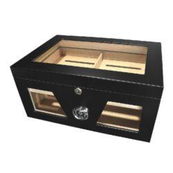 Humidor na doutníky Black 50D, stolní-Stolní humidor na doutníky prosklený s kapacitou cca 50 doutníků. Dodáván s vlhkoměrem a zvlhčovačem. Vnitřek humidoru je vyložený cedrovým dřevem. Rozměr: 38x26x18 cm.