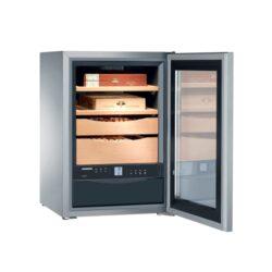 Humidor Liebherr ZKes 453-Luxusní humidor Liebherr ZKes 453 s kapacitou cca 100 a více doutníků (dle velikosti). Velmi kvalitní cabinet humidor známé značky Liebherr je dodáván s plně automatickým zvlhčovačem(rozsah vlhkosti 68-75%) a regulátorem teploty(rozsah teplot +16 až +20° C), 2 šuplíky a 2 úložnými plochami z cedrového dřeva, filtrem s aktivním uhlíkem, dětskou pojistkou, napájením 220V. Prosklená dvířka humidoru jsou z izolačního skla, které je tónováno. Povrch z nerezové oceli SmartSteel podstatně redukuje viditelné otisky prstů a snadno se čistí. Humidor je možné též montovat na stěnu. Rozměr: 62x43x48 cm.   Humidory jsou dodávány nezavlhčené, proto Vám nabízíme bezplatnou volitelnou službu Zavlhčení humidoru, kterou si vyberete v Souvisejícím zboží. Nový humidor je nutné před prvním uložením doutníků zavlhčit, upravit a ustálit jeho vlhkost na požadovanou hodnotu. Dobře zavlhčený humidor uchová Vaše doutníky ve skvělé kondici.  a target=_blank href=..\www\prilohy\Návod_k_použití_humidoru.pdfNávod k použití humidoru - PDF/a