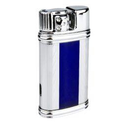 Zapalovač Hadson Patre, chrom, modrý-Stylový turbo zapalovač Hadson. Kovový žhavící zapalovač s v lesklém modro chromovém provedení s gravírováním. Po otočení páčky doleva ve směru šipky na horní straně zapalovače se žhavící spirála zapálí. Ve spodní části je umístěn plynový plnící ventil a regulace intenzity plamene. Zapalovač je dodávaný v dárkové krabičce. Výška zapalovače 6,5cm.