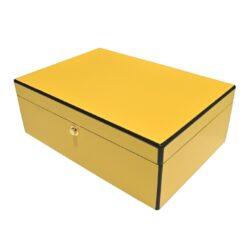Humidor na doutníky Yellow 20D, stolní-Stolní humidor na doutníky s kapacitou cca 20 doutníků. Dodáván s vlhkoměrem a zvlhčovačem. Vnitřek humidoru je vyložený cedrovým dřevem. Rozměr: 27x20x10 cm.