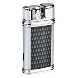 Zapalovač Hadson Patre, chrom-karbon-Stylový turbo zapalovač Hadson. Kovový žhavící zapalovač s v lesklém chromovém provedení s potiskem karbonové textury. Po otočení páčky doleva ve směru šipky na horní straně zapalovače se žhavící spirála zapálí. Ve spodní části je umístěn plynový plnící ventil a regulace intenzity plamene. Zapalovač je dodávaný v dárkové krabičce. Výška zapalovače 6,5cm.