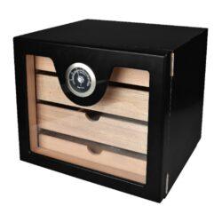Humidor na doutníky Cabinet Black na 60 doutníků, stolní-Stolní humidor na doutníky Cabinet. Humidor je cca na 60 doutníků. Humidor obsahuje vlhkoměr a zvlhčovač. Vnitřek humidoru je vyložený cedrovým dřevem. Rozměr humidoru 23x25x23cm.