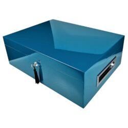 Humidor na doutníky Villa Spa modrý-Stolní humidor na doutníky Villa Spa s kapacitou cca 80 doutníků. Precizně zpracovaný humidor v modrém odstínu a povrchem v atraktivním vysokém lesku je vybavený plně automatickým zvlhčovačem Cigar Spa. Uzamykatelný humidor vyložený cedrovým dřevem obsahuje 2x šuplík na doutníky a 4x přepážku, kterou je možné variabilně měnit prostor. Na stranách humidoru jsou umístěna kovová madla s efektním broušeným povrchem. Rozměr: 43x32x15 cm.  Humidory jsou dodávány nezavlhčené, proto Vám nabízíme bezplatnou volitelnou službu Zavlhčení humidoru, kterou si vyberete v Souvisejícím zboží. Nový humidor je nutné před prvním uložením doutníků zavlhčit, upravit a ustálit jeho vlhkost na požadovanou hodnotu. Dobře zavlhčený humidor uchová Vaše doutníky ve skvělé kondici.
