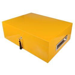 Humidor na doutníky Villa Spa žlutý-Stolní humidor na doutníky Villa Spa s kapacitou cca 80 doutníků. Precizně zpracovaný humidor ve žlutém odstínu a povrchem v atraktivním vysokém lesku je vybavený plně automatickým zvlhčovačem Cigar Spa. Uzamykatelný humidor vyložený cedrovým dřevem obsahuje 2x šuplík na doutníky a 4x přepážku, kterou je možné variabilně měnit prostor. Na stranách humidoru jsou umístěna kovová madla s efektním broušeným povrchem. Rozměr: 43x32x15 cm.  Humidory jsou dodávány nezavlhčené, proto Vám nabízíme bezplatnou volitelnou službu Zavlhčení humidoru, kterou si vyberete v Souvisejícím zboží. Nový humidor je nutné před prvním uložením doutníků zavlhčit, upravit a ustálit jeho vlhkost na požadovanou hodnotu. Dobře zavlhčený humidor uchová Vaše doutníky ve skvělé kondici.