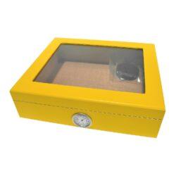 Humidor na doutníky Yellow prosklený 25D, stolní-Stolní humidor na doutníky s proskleným víkem a kapacitou cca 25 doutníků. Dodáván s vlhkoměrem a zvlhčovačem. Vnitřek humidoru je vyložený cedrovým dřevem. Rozměr: 26x22x7,5 cm.