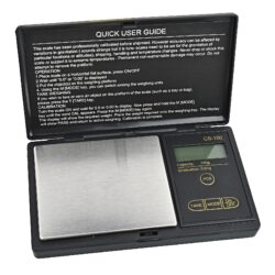 Digitální váha kapesní Myzo MZ-100 0,01-100g-Kapesní váha Myzo MZ-100. Digitální váha s modře podsvíceným displejem je vhodná nejen k vážení tabáku při výrobě vlastních cigaret, ale i k dalšímu přesnému dávkování jiných věcí. Na váze je možné vážit od 0,01g až do 100g. Praktická digitální váha je vybavena těmito funkcemi: 6x vážící mód, autokalibrace, vážení s funkcí Tare, funkcí počítání, autovypnutí, indikace nízkého stavu baterií, ochrana proti přeložení. Kapesní váha je napájena dvěma bateriemi AAA, které jsou součástí balení. Rozměr plochy pro vážení: 7,5 x 6,4cm. Celkový rozměr váhy: 12,5 x 7,2 x 2cm.