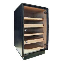 Humidor na doutníky Cabinet Black 150D, skříňový-Skříňový humidor na doutníky s kapacitou cca 120-150 doutníků. Dodáván s vlhkoměrem, zvlhčovačem a čtyřmi policemi. Vnitřek humidoru je vyložený cedrovým dřevem. Rozměr: 66x44x41 cm.