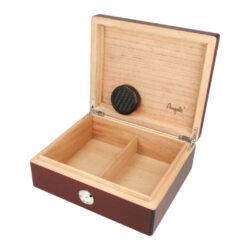 Humidor na doutníky Červenohnědý 20D, stolní-Stolní humidor na doutníky s kapacitou cca 20 doutníků. Dodáván s vlhkoměrem a zvlhčovačem. Vnitřek humidoru je vyložený cedrovým dřevem. Rozměr: 22x19x8 cm.