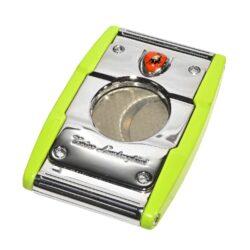 Doutníkový ořezávač Lamborghini Precisione, zelený-Elegantní ořezávač na doutníky Tonino Lamborghini Precisione. Silné tělo ořezávače je precizně vyrobené z kvalitní nerezové oceli. Jednoduchým stisknutím tlačítka dolů, které současně slouží jako pojistka proti otevření, uvolníte čepele od sebe a ořezávač je připraven k použití. Dvojité velmi ostré gilotinové nože, jsou zárukou rychlého a čistého řezu doutníku. Doutníkový ořezávač je dodáván v kožené krabičce vyložené jemným sametem. Rozměry zavřeného ořezávače: 6,5x4cm.
