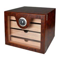Humidor na doutníky Cabinett hnědý-Stolní humidor na doutníky s kapacitou cca 60 doutníků. Kvalitně zpracovaný humidor cabinet s žíhaným pololesklým povrchem v hnědých odstínech a prosklenými dvířky. Humidor je vybavený třemi šuplíky s přepážkami (vnitřní rozměry 20,5x17,5x3,3cm) s podélnými otvory ve dně a jedním nižším šuplíkem (vnitřní rozměry 20,5x17,5x1,5cm) s plným dnem. Součástí balení humidoru je výměnitelný vlhkoměr a polymerový zvlhčovač. Dvířka uchycená na panty se zavírají se na magnet. Vnitřek humidoru je vyložený cedrovým dřevem. Rozměr celého humidoru: 22,5x24,5x23cm.  Humidory jsou dodávány nezavlhčené, proto Vám nabízíme bezplatnou volitelnou službu Zavlhčení humidoru, kterou si vyberete v Souvisejícím zboží. Nový humidor je nutné před prvním uložením doutníků zavlhčit, upravit a ustálit jeho vlhkost na požadovanou hodnotu. Dobře zavlhčený humidor uchová Vaše doutníky ve skvělé kondici.