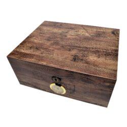 Humidor na doutníky Antic Wood 30D, stolní-Stolní humidor na doutníky s kapacitou 30 doutníků. Dodáván s vlhkoměrem a zvlhčovačem. Vnitřek humidoru je vyložený cedrovým dřevem. Rozměr: 30x24x13 cm.
