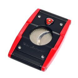 Doutníkový ořezávač Lamborghini Precisione, černo-červený-Elegantní ořezávač na doutníky Tonino Lamborghini Precisione. Silné tělo ořezávače je precizně vyrobené z kvalitní nerezové oceli. Jednoduchým stisknutím tlačítka dolů, které současně slouží jako pojistka proti otevření, uvolníte čepele od sebe a ořezávač je připraven k použití. Dvojité velmi ostré gilotinové nože, jsou zárukou rychlého a čistého řezu doutníku. Doutníkový ořezávač je dodáván v kožené krabičce vyložené jemným sametem. Rozměry zavřeného ořezávače: 6,5x4cm.