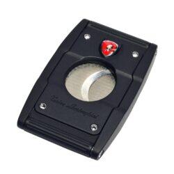 Doutníkový ořezávač Lamborghini Precisione, černo-černý-Elegantní ořezávač na doutníky Tonino Lamborghini Precisione. Silné tělo ořezávače je precizně vyrobené z kvalitní nerezové oceli. Jednoduchým stisknutím tlačítka dolů, které současně slouží jako pojistka proti otevření, uvolníte čepele od sebe a ořezávač je připraven k použití. Dvojité velmi ostré gilotinové nože, jsou zárukou rychlého a čistého řezu doutníku. Doutníkový ořezávač je dodáván v kožené krabičce vyložené jemným sametem. Rozměry zavřeného ořezávače: 6,5x4cm.