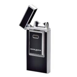 USB Zapalovač Silver Match Arc, el. oblouk, USB-USB zapalovač s elektrickým zapalováním. USB zapalovač využívá k zapálení elektrický oblouk, namísto tradičního plynu. V USB zapalovači je integrovaný MicroUSB port, kterým se USB zapalovač dobíjí. V balení je přiložen nabíjecí MicroUSB-USB kabel. Plné nabití USB zapalovače za 1,5-2 hodiny. Výška 7,5cm, šířka 3,5cm, tloušťka 1cm.