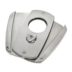 Doutníkový ořezávač Hadson, chrom-Dvoubřitý doutníkový ořezávač Hadson. Celokovový ořezávač na doutníky s broušeným povrchem kombinovaný s prvky v lesklém chromu. Stisknutím tlačítka dolů, které současně slouží jako pojistka proti otevření, ořezávač rozevřete a je připraven k použití. Ostré břity zajistí rychlý a čistý ořez vašeho doutníku. Max. průměr otvoru pro doutník 2,2cm. Ořezávač je dodávaný v dárkové krabičce.