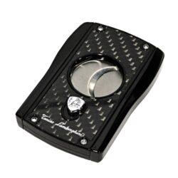 Doutníkový ořezávač Lamborghini Aldebaran, stříbrný-Stylový ořezávač na doutníky Tonino Lamborghini Aldebaran. Precizně zpracovaný doutníkový ořezávač má dvě velmi ostré ostří, které jsou vyrobené z kvalitní oceli. Ta je zárukou kvalitního řezu doutníku. Stisknutím tlačítka s logem dolů, které současně slouží jako pojistka proti otevření, ořezávač rozevřete a je připraven k použití. Doutníkový ořezávač je dodáván v kožené krabičce vyložené jemným sametem. Rozměry zavřeného ořezávače: 7,1x4,8cm.