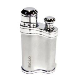 Tryskový zapalovač Siglo Bean Shape, stříbrný-Stylový tryskový zapalovač Siglo Bean Shape. Kvalitně zpracovaný zapalovač, jehož tvar připomíná fazolku, dokonale padne do ruky. Plamen zapalovače spolehlivě zapálí nejen cigarety, ale i doutníky. Povrch zapalovače je kvalitně provedený a zalakován. Ve spodní části najdete plnící ventil plynu a nastavení intenzity plamene. Zapalovač je dodáván v dárkové krabičce s logem. Výška 6,5 cm.