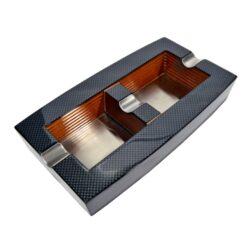Doutníkový popelník, dřevo-karbon-Doutníkový popelník na 2 doutníky v karbonovém vzhledu. Popelník je dřevený s kovovým dnem a odkladem pro doutníky. Popelník na doutníky má rozměry 25x14x4,5cm.