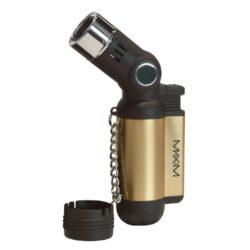 Tryskový zapalovač Maxim Rigaud 4xjet-Tryskový zapalovač vhodný k zapalování doutníků. Zapalovač je plnitelný a je dodáván v dárkové krabičce. Výška: 10 cm. Cena je uvedena za 1 ks. Před odesláním objednávky uveďte číslo barevného provedení do poznámky.