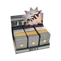 Pouzdro na cigarety Clic Boxx Deluxe-Pouzdro na cigarety. Pouzdro na cigarety Clic Boxx  - pouzdro na krabičku cigaret (20ks) velikosti King Size. Po stisknutí dojde k otevření pouzdra díky pružince. Rozměry: 9,5x5,8x2,4cm. Pouzdro na cigarety je plastové. Cena je uvedena za 1 ks. Před odesláním objednávky uveďte číslo barevného provedení do poznámky.