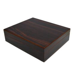 Humidor na doutníky Angelo 20D, stolní-Stolní humidor na doutníky s kapacitou cca 20 doutníků. Vnitřek humidoru je vyložený cedrovým dřevem. Dodáván pouze se zvlhčovačem. Rozměr: 26x22x7 cm.